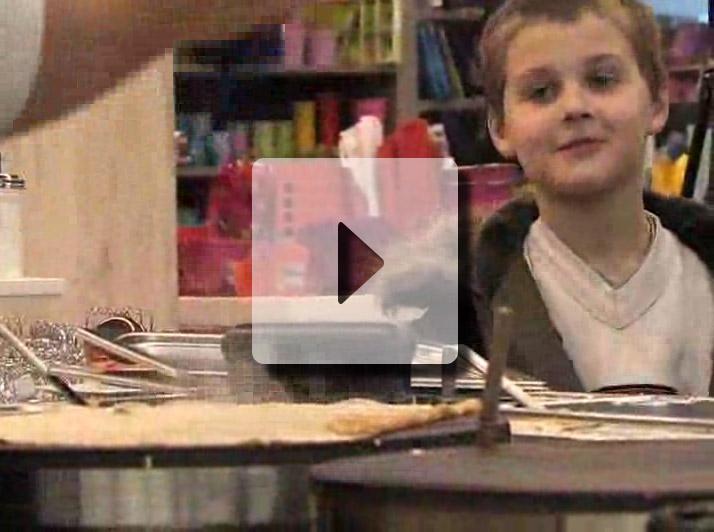 Petit garçon regardant la préparation d'une crepe Bretonne